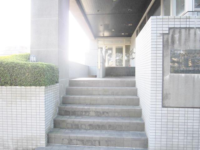 外観 1F駐車場・大通り歩道・地上駐車場よりそれぞれ入館可能